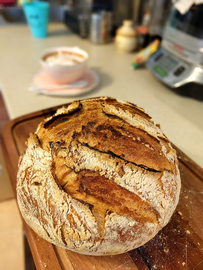 paine de casa cu maia pe fund de lemn