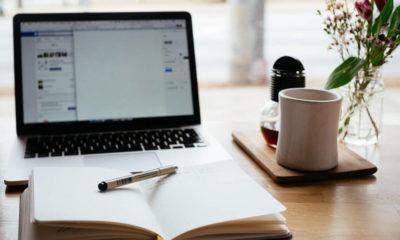 agenda in fata unui laptop