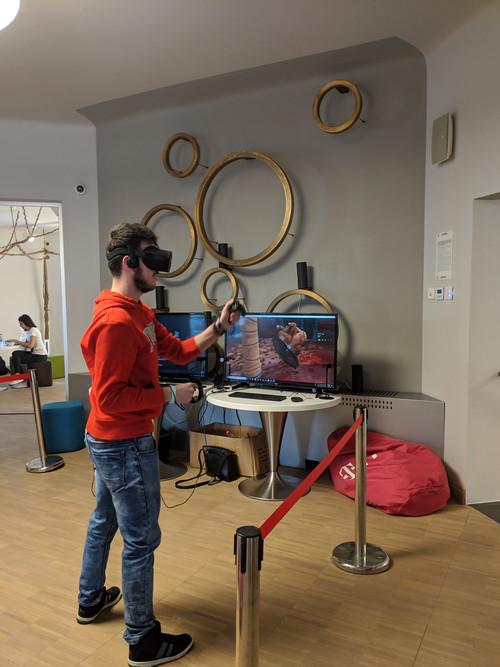 Un tip se joaca Doom pe VR