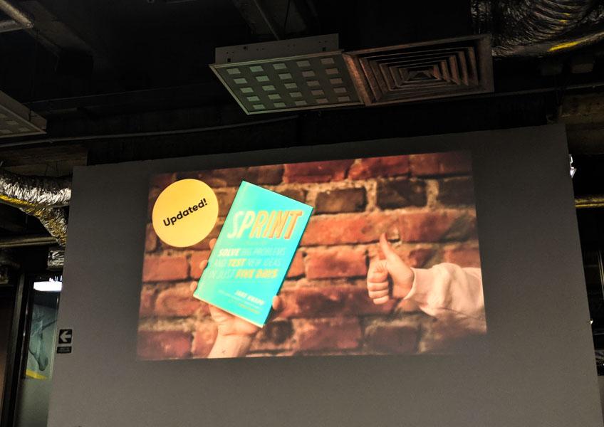prezentare cu cartea design sprint pe proiector