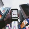 telefon in new york folosing instagram