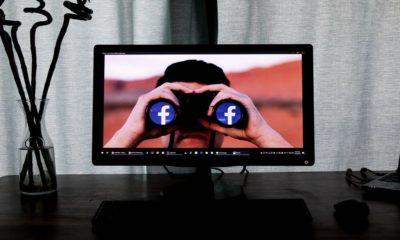 Wallpaper cu un tip cu binoclu cu simbol facebook