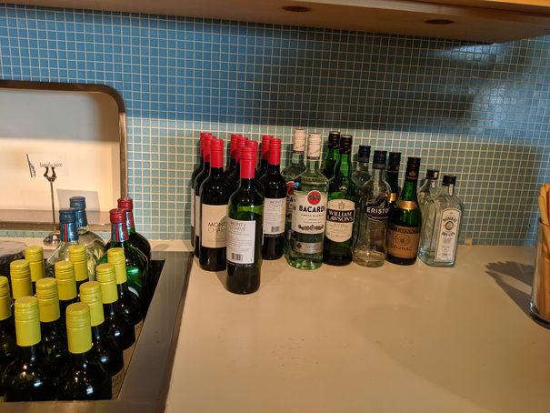 bauturi la salonul business de la aeroportul Zaventem