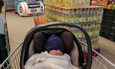 bebe in carucior de cumparaturi